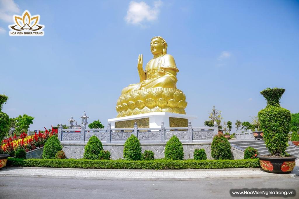 Hoa viên Bình An với các công trình danh thắng như tượng Phật Thích Ca 18 m, hồ cá koi vũ môn.